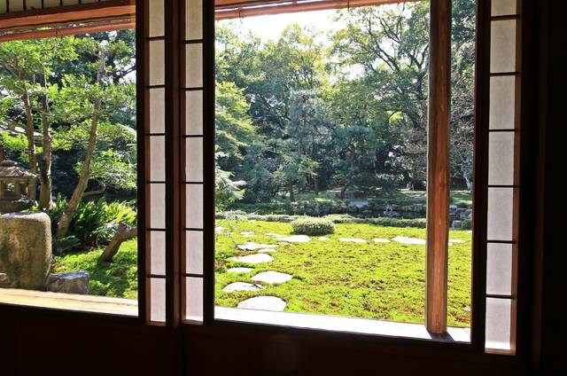 ▲1階の座敷の窓には、今でも大正ガラスが使われている