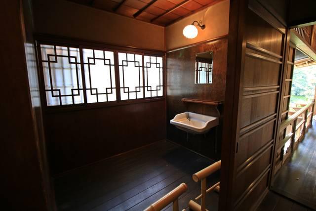 ▲洗面所 水回りには水に強い松材が使われている