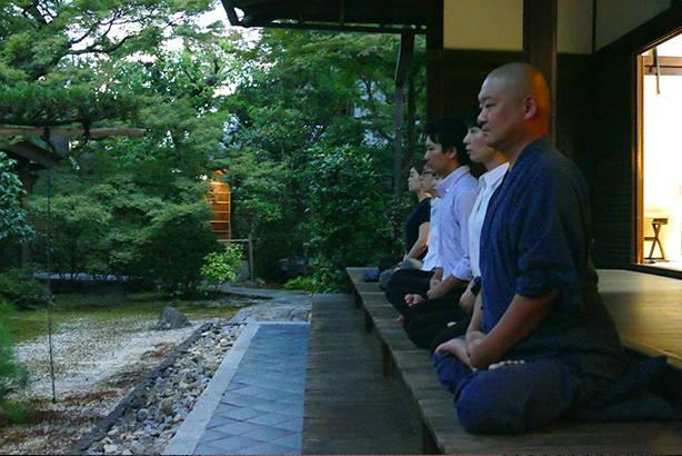 僧侶のお話とまずはじめに坐禅を組んでみます。