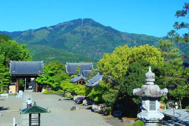 妙満寺境内と比叡山(本堂付近より)