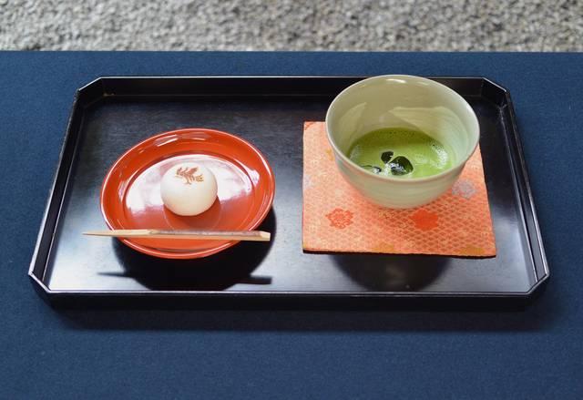 鶴屋吉信 冷抹茶と「夏の旅」オリジナル菓子「鳳凰」