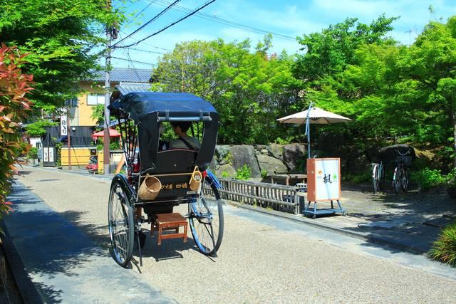 お店の前を通る人力車