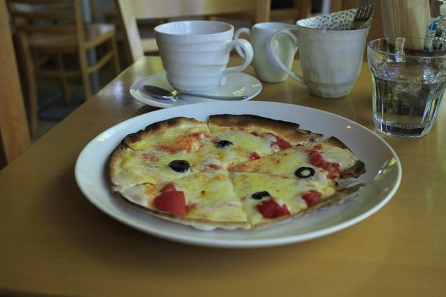 トマトとオリーブのピザ オーガニックコーヒー