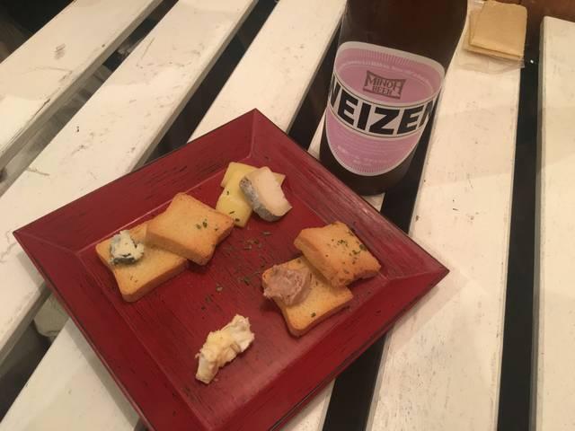 箕面ビールとクラッカー