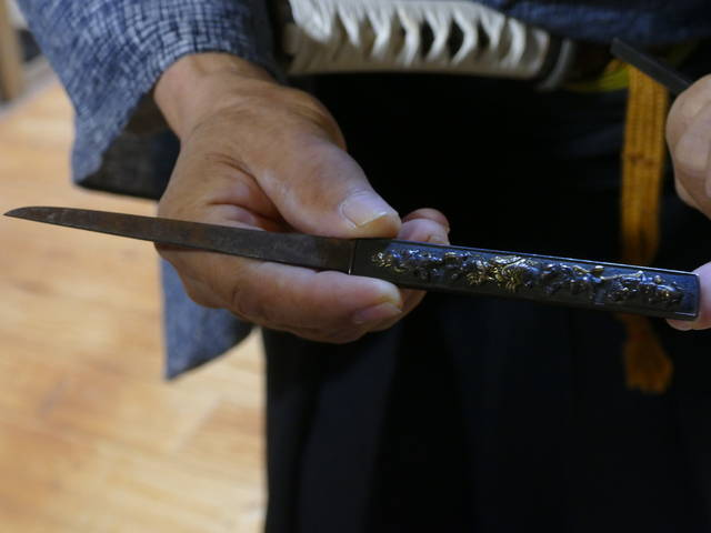 彫刻がきれいな小柄(刃よりこの彫刻のほうが価値が高いん...