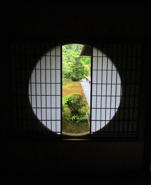 図南亭越しの東庭