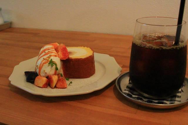 イチジクのロールケーキとアイスコーヒー