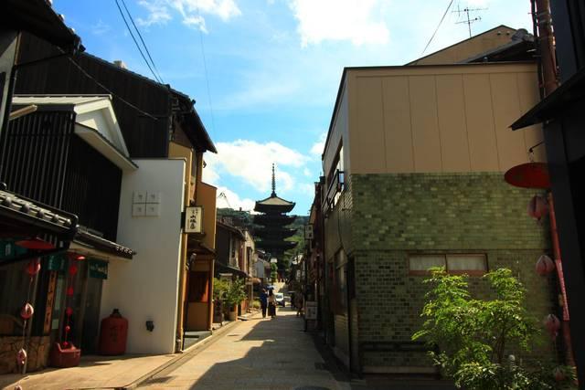 八坂通りの先に見える八坂の塔
