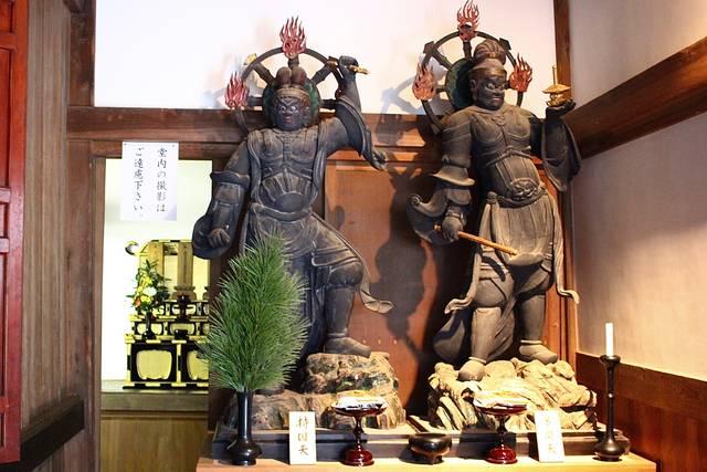 四天王立像(左・持国天、右・多聞天)