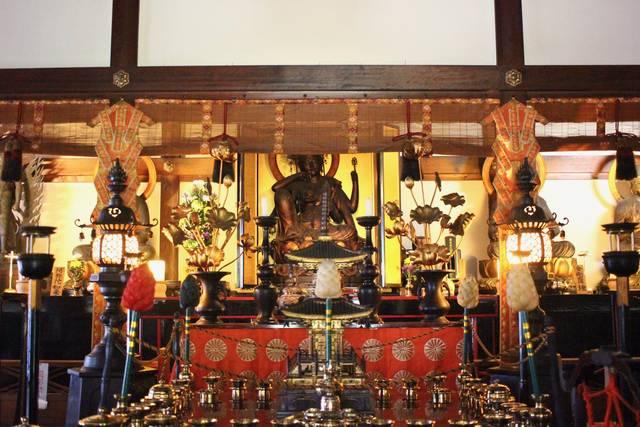中央・如意輪観世音菩薩坐像