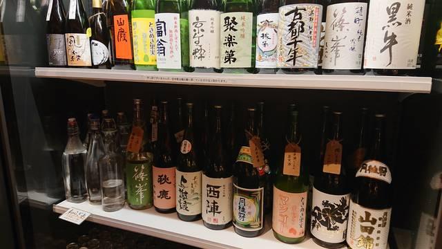 店内中央の日本酒セラーには日本酒がズラリ