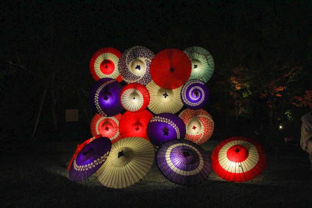 フードコート付近庭の和傘ライトアップ