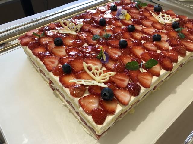 綺麗な断面図のショートケーキ