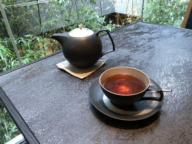 茶器やコーヒーカップなどテーブルウェアも全てオリジナル。