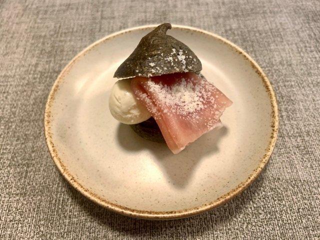 ワクワク感満載の「塩麹の竹炭シュー」